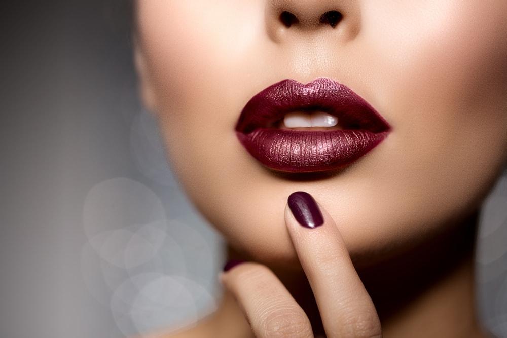 wrong lipstick - اشتباهاتی که شما را مسنتر از سنتان نشان میدهد